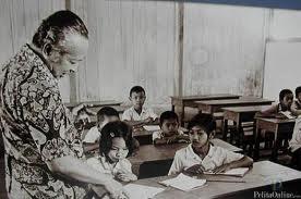 Presiden Soeharto saat mengunjungi salah satu SD Inpres