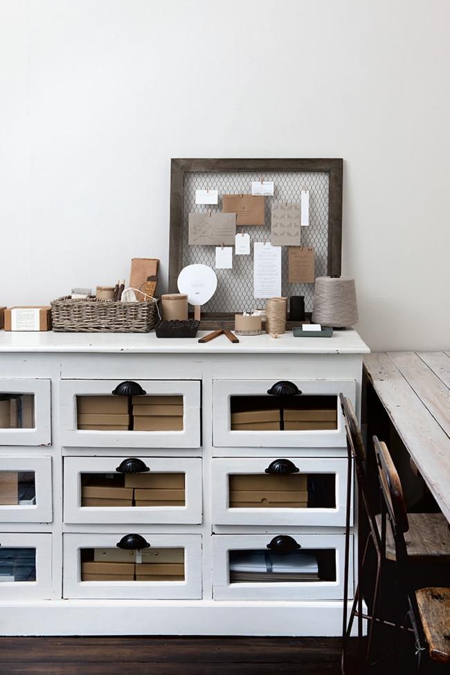 Decoraci n blanca y sencilla en un peque o apartamento de - Como decorar un piso ...
