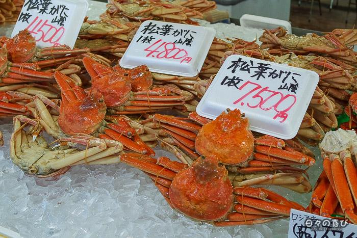 etal poissonnier avec crabes sur la glace