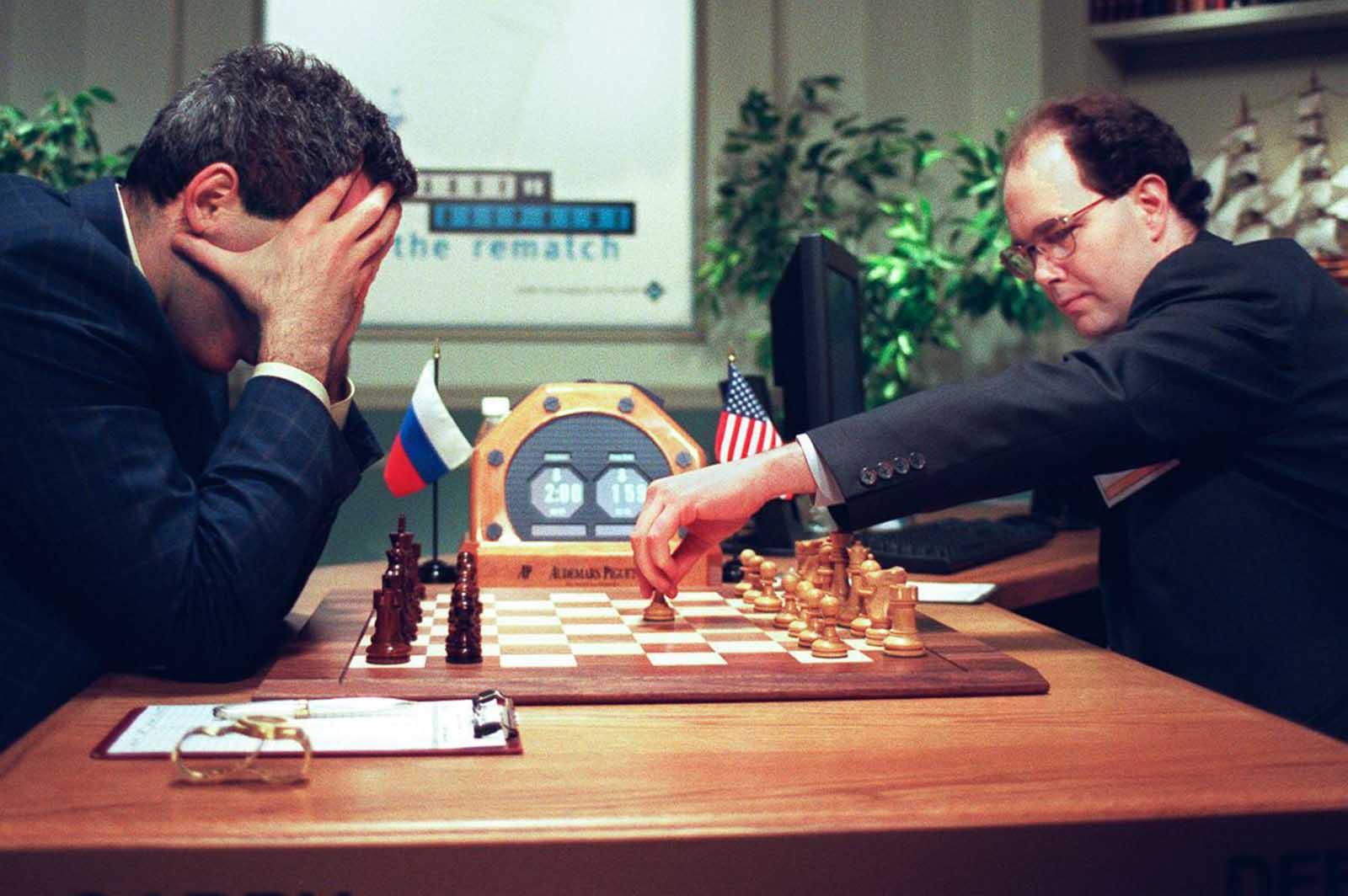 Kasparov sostiene su cabeza en sus manos mientras el científico de IBM Joseph Hoane hace un movimiento para Deep Blue al comienzo del juego final. 11 de mayo de 1997.