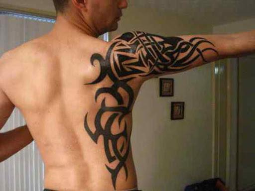 Atraente tatuagem tribal para homens braço