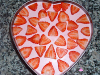 Decorando la tarta con fresas
