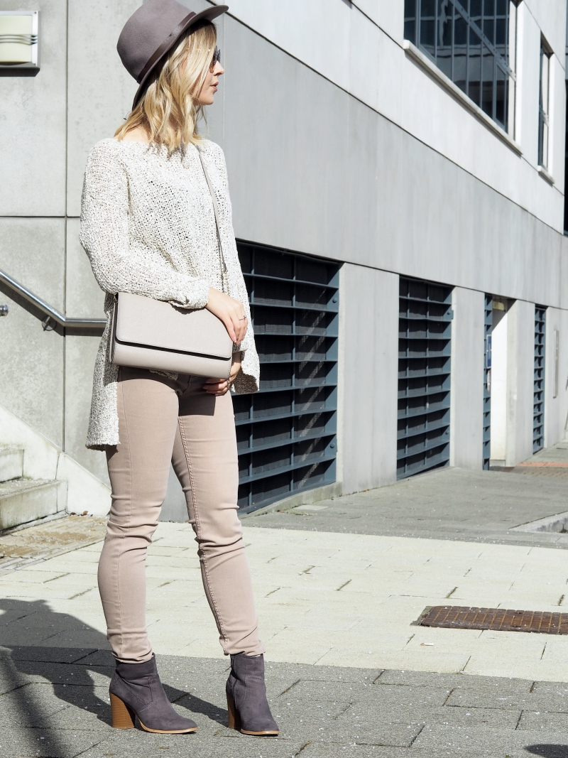 How to wear light jeans light colours for Spring 2016 fashion blogger style