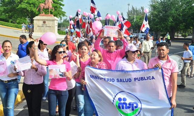 Marchan por el día del cáncer de mama