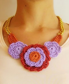 http://chabepatterns.com/free-patterns-patrones-gratis/jewelry-joyeria/crochet-flower-necklace-2-collar-de-flores-a-crochet-2/