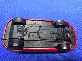 アウディTTのおんぼろミニカーを底面から撮影