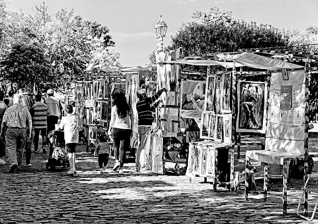 Exhibición de pinturas en el Paseo de la Recoleta