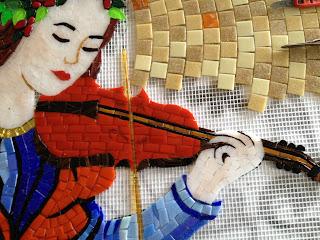 keman çalan mozaik melek, müziğini duyar gibiyiz.