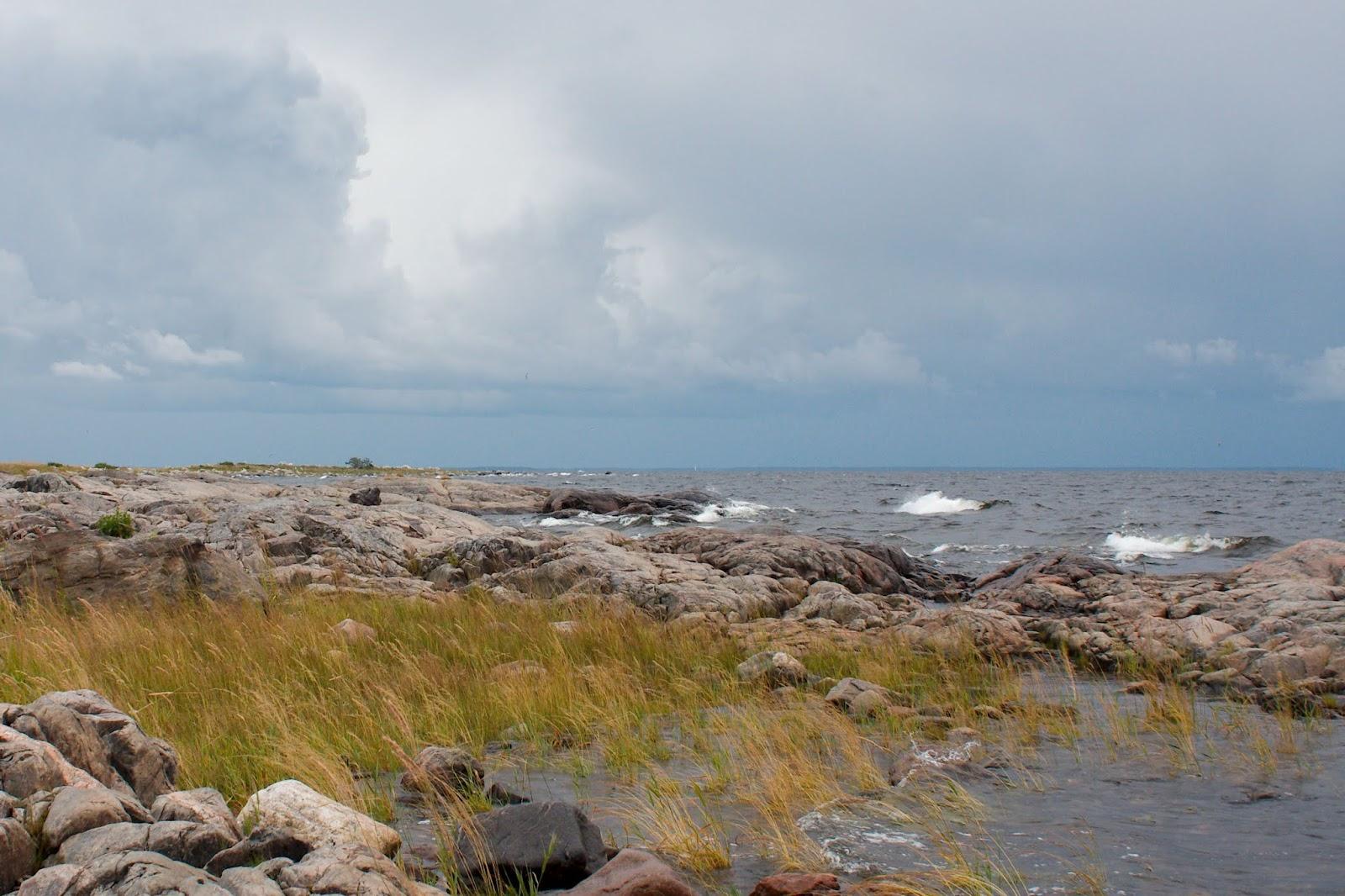 Aallot kohtaavat Maakallan kalliorannan