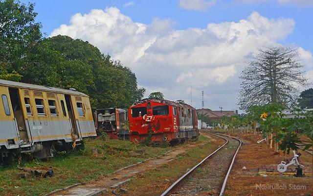 Lokomotif dan gerbong kereta api di Balai Yasa Pengok, Yogyakarta