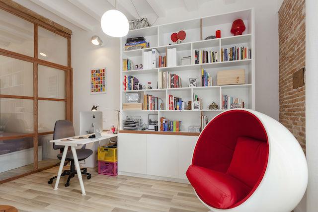 silla Ball de Eero Aarnio en el despacho