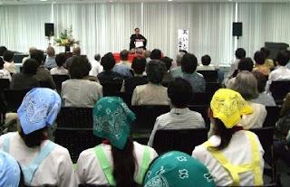 短期大学看護学科 三遊亭楽春講演会 「落語で笑って健康増進」の風景。
