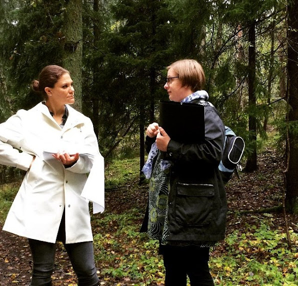 Crown Princess and Sara Borgström, researcher at Stockholm Resilience Centre, during a visit to Stora Skuggan in the National City Park