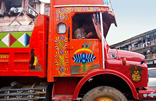 A typical indian lorry, complete with the distinctive artwork. India is a strange mixture of the traditional and the modern!