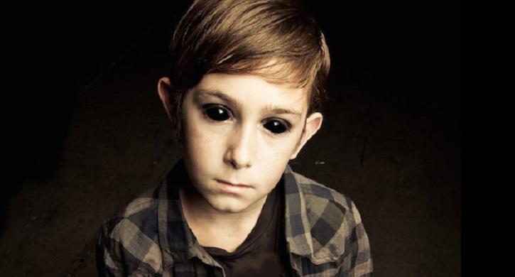 """Τα παράξενα απόκοσμα """"μεταλλικά """" παιδιά  με μαύρα μάτια!"""