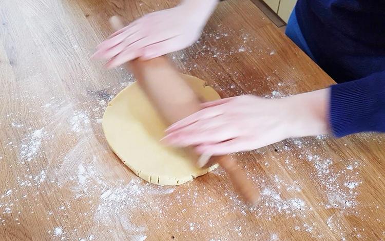 Abaisser la pâte à tarte