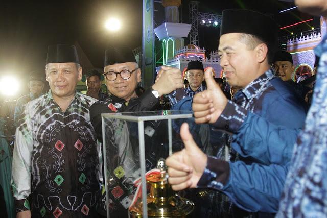 Sekretaris Daerah Provinsi Kalsel, H Abdul Haris menyerahkan Tropy Juara Umum Kepada Kafilah Banjarmasin yang diterima oleh Walikota Banjarmasin, Ibnu Sina