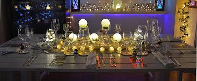 Mesa decorada para Navidad con iluminación