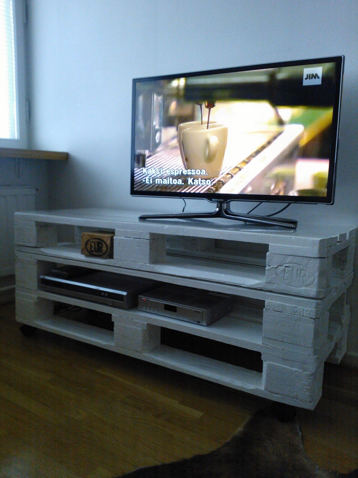 cowboys cappuccinos trendy coffee table wooden pallets. Black Bedroom Furniture Sets. Home Design Ideas