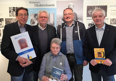 Gruppenbild mit Dame: Dr. Dietrich Thier (2.v.links) und Hardy Priester (2.v.rechts) überreichten Schwester Gertrude Krämer den neuen Jahres¬band. Peter Dziadek (links) und Michael Winkler waren als ehemalige Krankenhausfunker dazu gekommen. (Foto: Marek Schirmer)