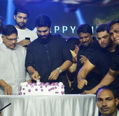Ram-charan-cuts-cake