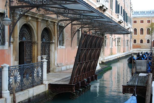 http://3.bp.blogspot.com/-PHl__17x55w/TV8ChWoHjTI/AAAAAAAAGII/gkZmjPBRw4M/s1600/giardini-reali-ponte-levatoio.JPG