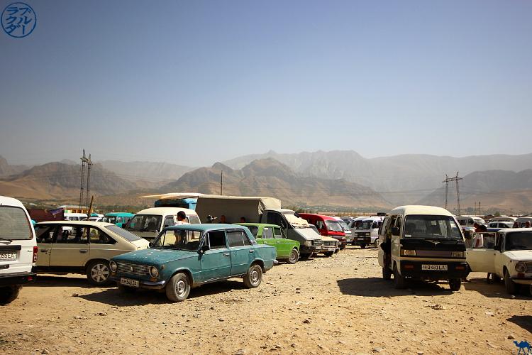 Le Chameau Bleu - Blog Voyage Ouzbékistan - Parking du Marché d'Urgut proche de Samarcande