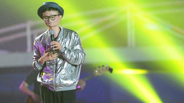 Jack Ma ăn mặc như ngôi sao nhạc pop hát tại sự kiện của Alibaba. Ảnh: Getty Images
