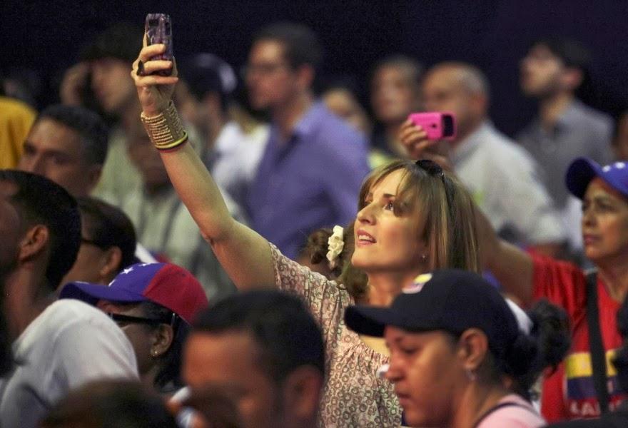 (Foto AP) La batalla por Venezuela se libra con el mismo vigor en la calle que en internet, con activistas que reportan las persecución gubernamental a través de las redes sociales y las autoridades respondiendo mediante el corte del servicio de internet a una ciudad donde hay protestas (San Cristóbal), además de bloquear cibersitios en forma selectiva y aplicaciones populares entre los manifestantes. Por FRANK BAJAK, Associated Press Beatriz Font, una reportera de televisión local en San Cristóbal, capital del estado occidental de Táchira, dijo el jueves por la noche que podía escuchar los disparos y la intervención policial para