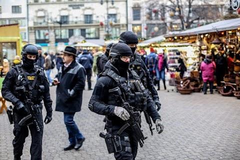 Ünnepek - Beton terelőelemekkel is védi a fővárosi vásárokat a rendőrség