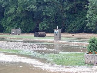 Hochwasser Prüm - Baumstamm auf Stellplatz
