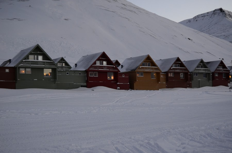 casas-colores-paseo-longyearbyen-svalbard-noruega-enlacima