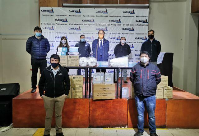 Salmoneros donan elementos de protección personal a trabajadores de la salud de Calbuco