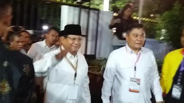 Prabowo Jabat Tangan Tim Lawan di Gedung KPU