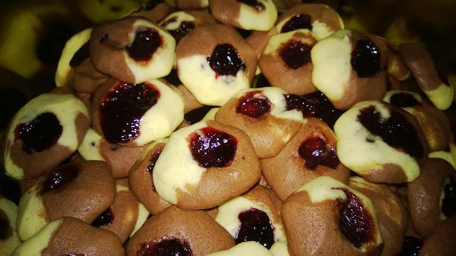 Fertig gebacken sind sie keine berge mehr, sondern runde Plätzchen mit Marmelade in der Mitte
