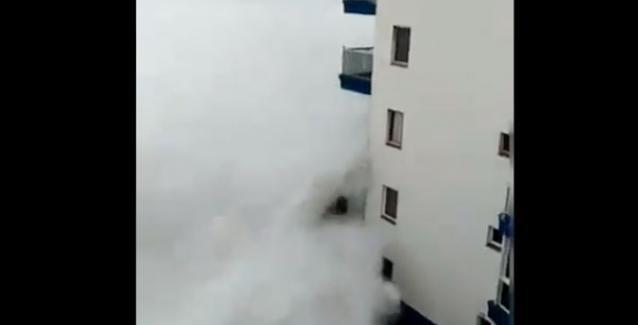 Γιγάντιο κύμα καταπίνει μπαλκόνι ξενοδοχείου! (Βίντεο)