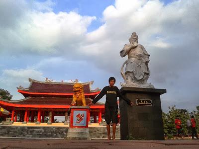 Mengabadikan diri di Kelenteng Sam Poo Kong