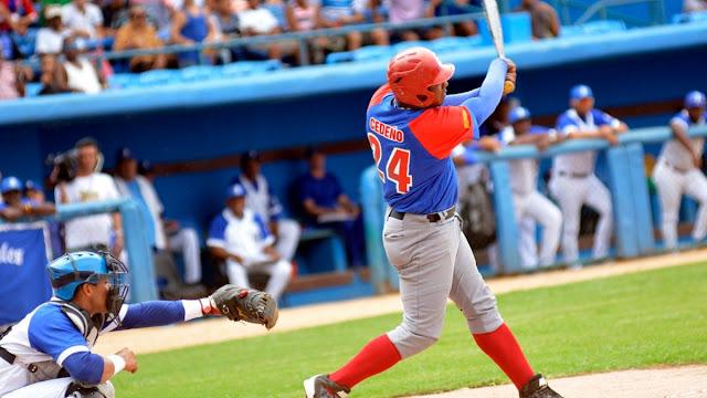 La inclusión de Cedeño en la alineación ha sido uno de los temas más polémicos de la postemporada, pues es inusual en el béisbol moderno que un slugger con sus resultados esté en la banca.