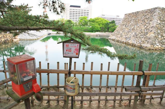 高松城(玉藻公園) 鯛のエサを販売しているガチャガチャの写真