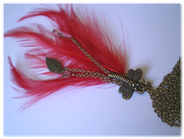 sautoir libellule, feuille et plumes rouge vif
