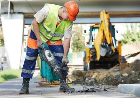 constructor con zapatos de seguridad
