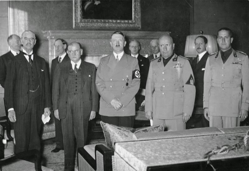 Charmberlain, Daladier, Hitler, Mussonlini e Ciano  após a assinatura do Acordo de Munique.  Falso espírito de paz preludiou a pior das guerras.  Obama e a UE parecem optar por análoga entrega.