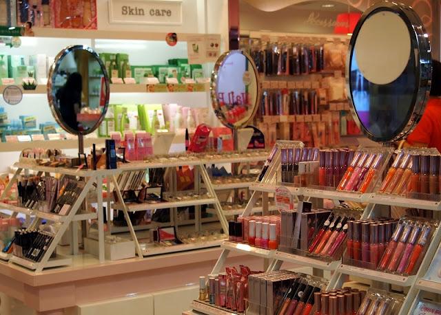 Maquiagens expostas para venda em farmácia