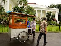 Kala Hidangan Kaki Lima Jadi Menu Makan Siang Jokowi dan Menteri. Benarkah?