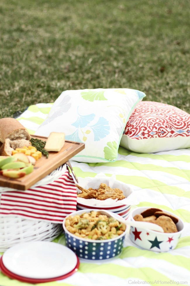 Perfect picnic menu plan - Everything you need to plan a perfect picnic, from salads to dessert, plus printables and decor!