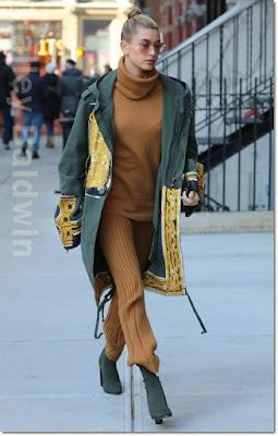 ヘイリー・ボールドウィン(Hailey Baldwin)は、フェイスコネクション(Faith Connexion)のコート エルピーエー × リボルブ(LPA × Revolve )のタートルネック&パンツ、イージー(YEEZY)のブーツを着用