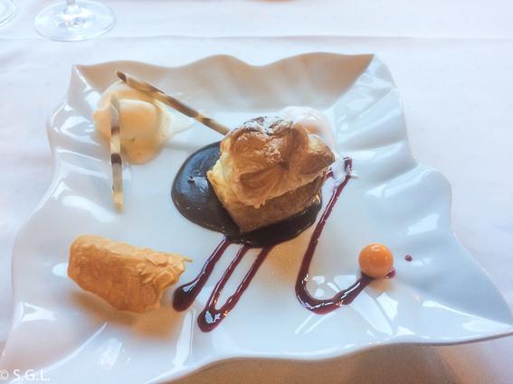 Hojaldre relleno de crema pastelera y helado de galleta. Restaurante Mendiondo