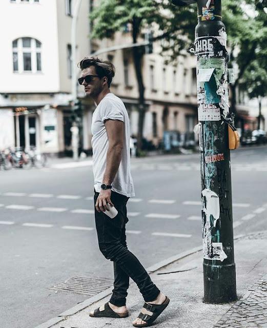 Look Masculino com Camiseta Lisa Branca e Sandália para usar no verão (1)