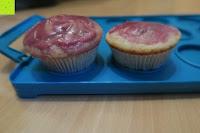 Muffins auf Tray: Andrew James – Verstellbarer Kuchentransportbehälter 2 Etagen – Hält Bis Zu Zwei Große Kuchen Oder 24 Cupcakes – Mit 2 Cupcake-Einsätzen – 2 Jahre Garantie