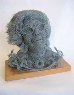 escultura poco convencional de abuela